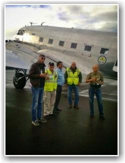 MIDDAGSHVIL: En liten pust i bakken for Flight-Crewet. En rask pølse og på'n igjen. FOTO: Tore Hansen