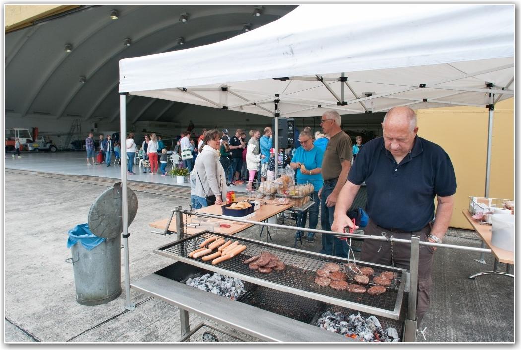 KLAR MED GRILL: Åge M. Samuelsen hadde god kontrollen på grillen slik at maten var klar da gjestene ankom. FOTO: Martin Nilsen
