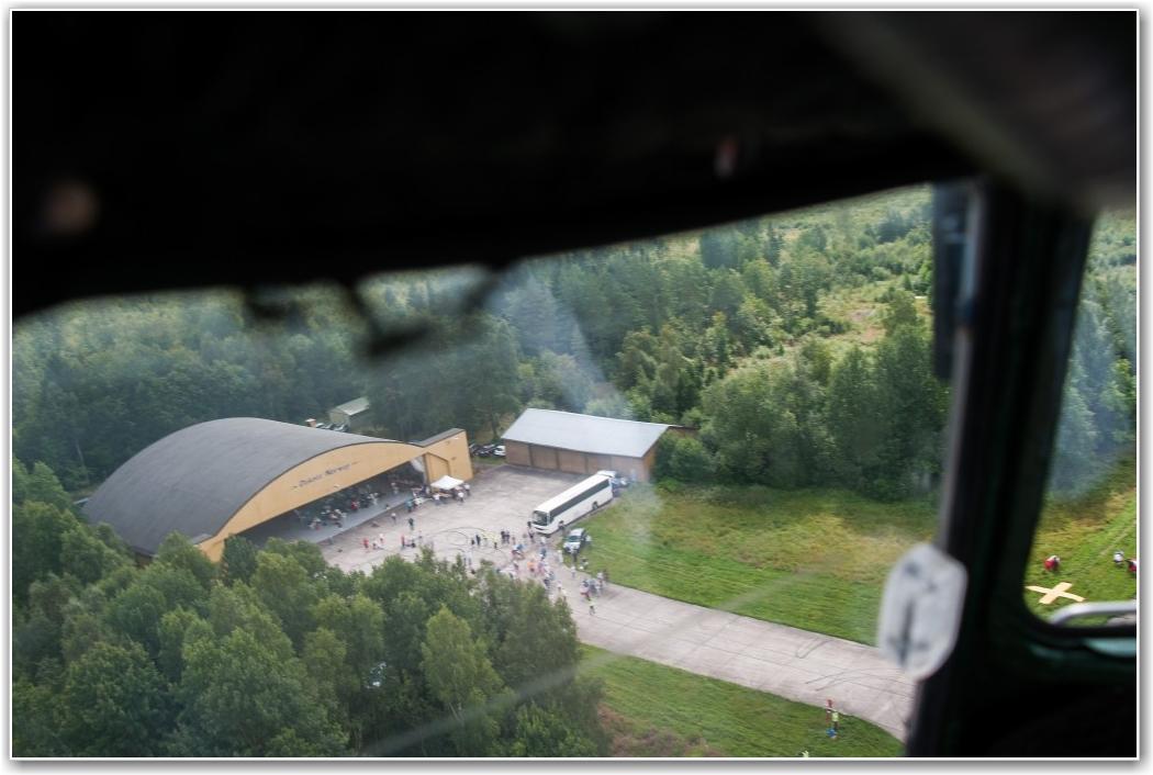 LOW PASS: Helge Hem tar Dakotaen ned over hangarområdet før gjestene fikk være med på tur. Helt til høyre i bildet, det gule krysset som hopperne styrte seg inn mot. FOTO: Martin Nilsen