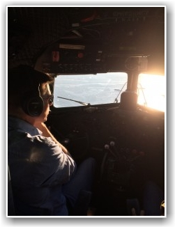 FLOTT UTSIKT: En vakker kveld og fly veteranfly på. Dakotaen blir her trygt fløyet av Lars Ness. FOTO: Jorund Jørgensen