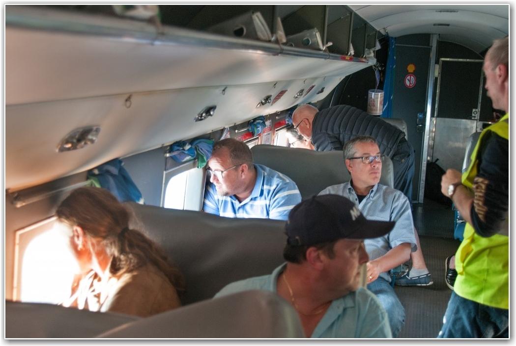 GUIDING: Kabinmannskap Egil Andreassen (med ryggen til) forklarer nye medlemmer om driften av flyet og om, hvor turen går. FOTO: Martin Nilsen