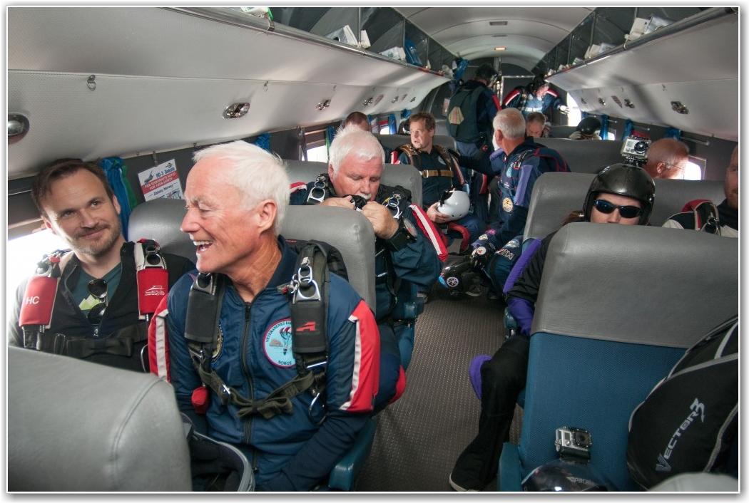 FØRSTE TUR: Oppstemt forventning ombord på dagens første tur som bar til værs med noen rare passasjerer som ikke ville være med flyet ned igjen. FOTO: Martin Nilsen
