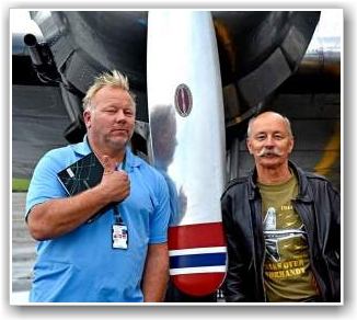 GLADE GUTTER: Flygesjef Stig Rune Håvardstun  (t.v) og formann i stiftelsen er meget fornøyd med å være i luften igjen! FOTO: Truls Kalland