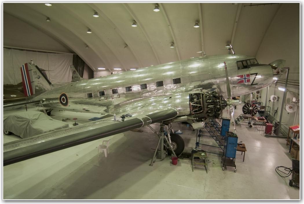 KLAR FOR BESØK: Dakotaen står nå med motordekslene av, men er snart klar for en ny sesong. Flyet ble bygget i 1942, og har vært på vingene hvert eneste år siden 1948. FOTO: Martin Nilsen