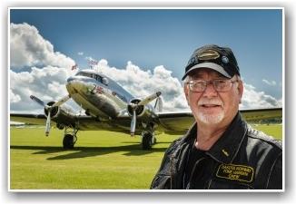 ILDSKJEL: Vår tursjef Tore Hansen på Duxford. Uten Tore og alle våre andre frivillige ville vi ikke kunne nyte synet av Dakotaen i Luften.