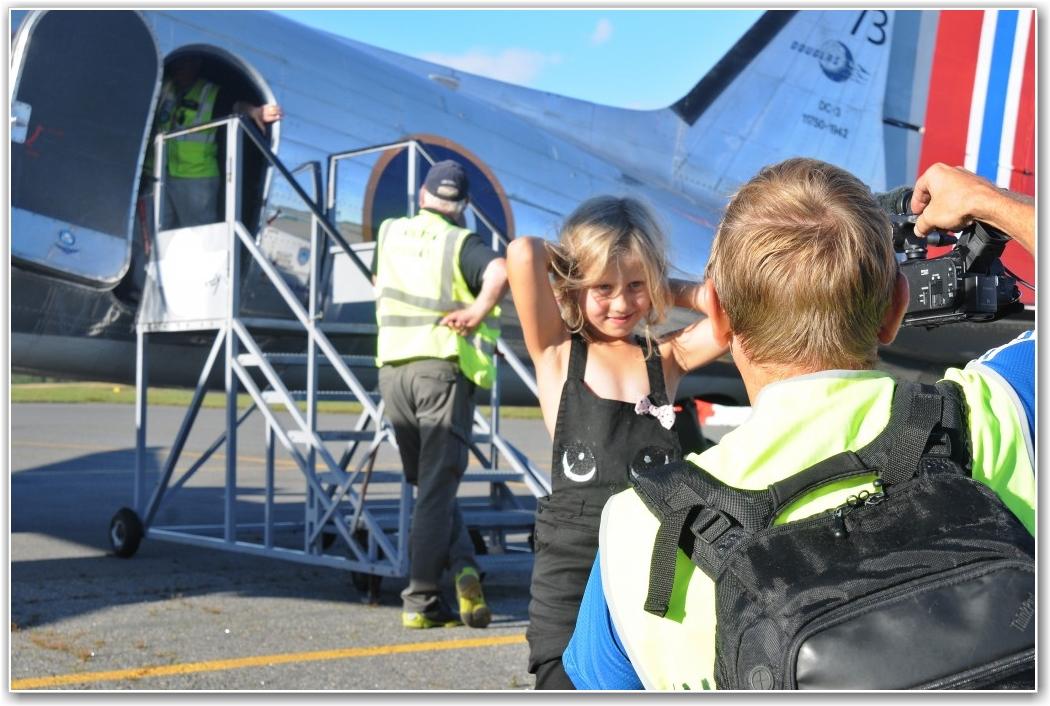 UNG PASSASJER: Thea Andersen Gjelstad (5) forteller NRKs John-Andre Samuelsen om sin opplevelse på flytur med Dakota. FOTO: Martin Nilsen