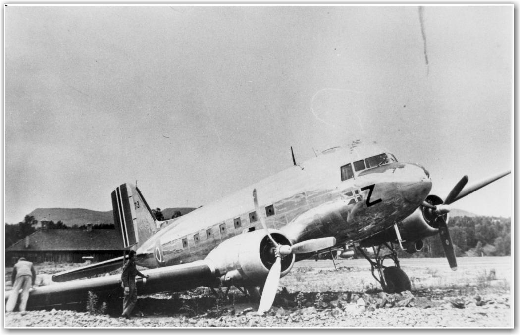 """""""Z"""" PÅ FORNEBU 1945: Her ses et av få bilder fra No.20 Sqd. Her """"Z"""" etter et landingsuhell i 1945 på Fornebu. FOTO: via Nils Mathisrud og Flyhistore.no"""