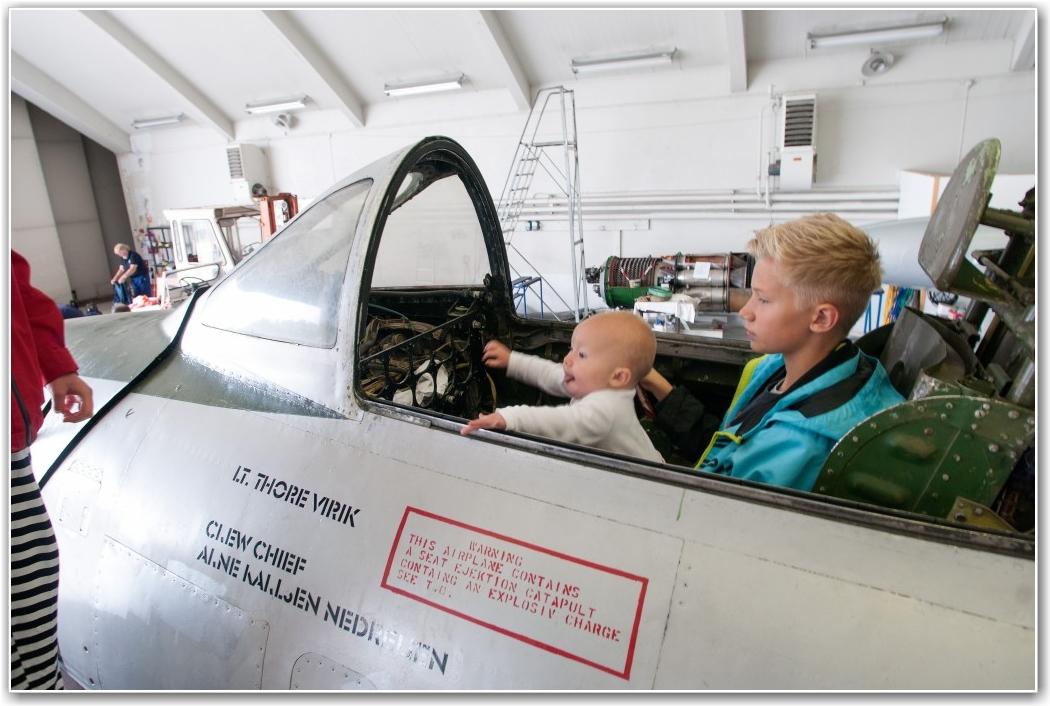 UNG PILOT I GAMMEL MASKIN: En meget ung pilotspire på et trygt fang i Thore Viriks gamle Thunderjet, hvor det beklageligvis ikke er så mange spaker å dra i. FOTO: Martin Nilsen