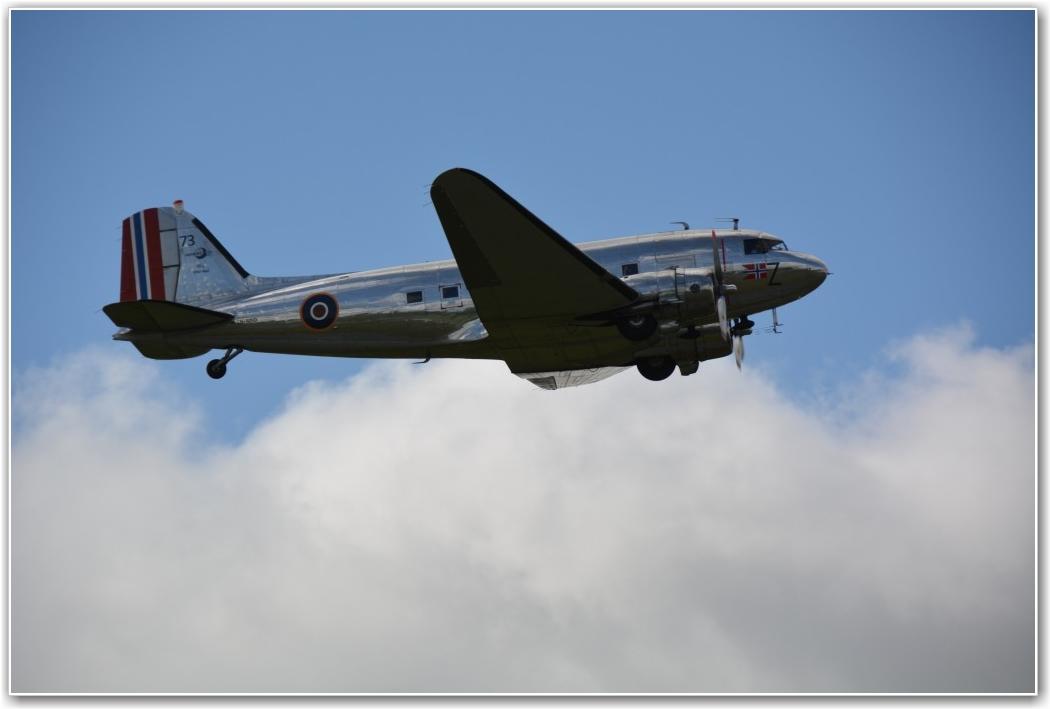 LOW APPROACH: På vei til Flying Legends ble vår Dakota observert av formannen i Sindal Flyveklubb i en flott forbiflygning over Sindal lufthavn, Danmark. FOTO: Via Tore Hansen