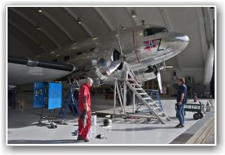 FEILSØKING: Dakotaen står nå i hangaren mens teknikerne jobber hardt for å fikse feilen. FOTO: Martin Nilsen