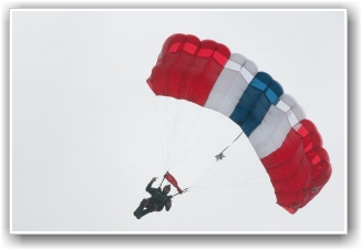 RØDT, HVITT OG FLOTT: Igjen kunne de ses fallskjerhopper komme ut av Dakotaen over Vestfold! FOTO: Martin Nilsen