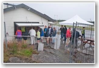 TÅLMODIGHETSPRØVE: Tålmodig ventet medlemmene i billettkø mens det fortsatt kom noen regndrypp. FOTO: Marin Nilsen