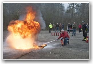 BRANNSLUKKKNG: Ivar Berg går effektivt til verks mot flammene. FOTO: Martin Nilsen
