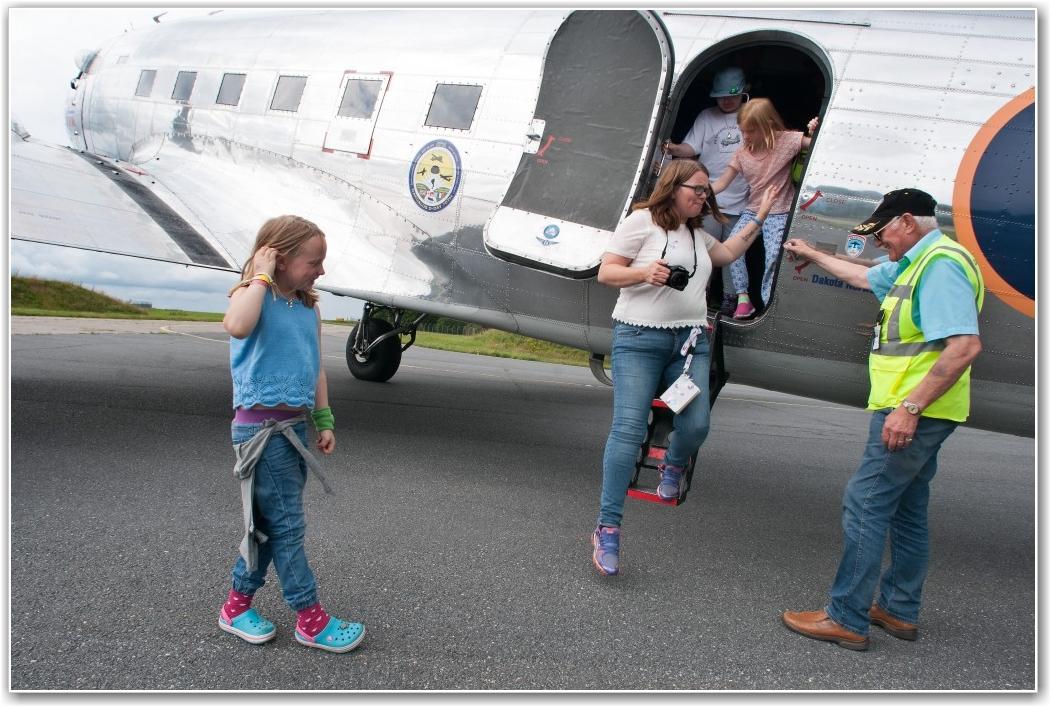 LEIRLEDER: Hege Kristiansen hjelpes ut av flyet av Thorleif Thorsen etter endt flytur. FOTO: Martin Nilsen
