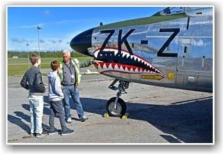 PLASTER PÅ SÅRET:  Ivar Berg tok med seg disse ivrige gutta på omvisning av jagerflyene da det ikke ble Dakota flyging. FOTO: Truls Kalland