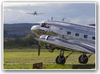 HARVARD DEPARTURE: Harvarden klatrer ut mens Dakotaen venter på en ny tur. FOTO: Morten Holm