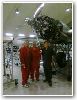 IVRIGE MEKANIKERE: Våre mekanikere har gjort mye jobb på kort tid. Her, fra vensre, Svein Devik, Tom Nilsen og John fra Amerika. FOTO: Tore Hansen