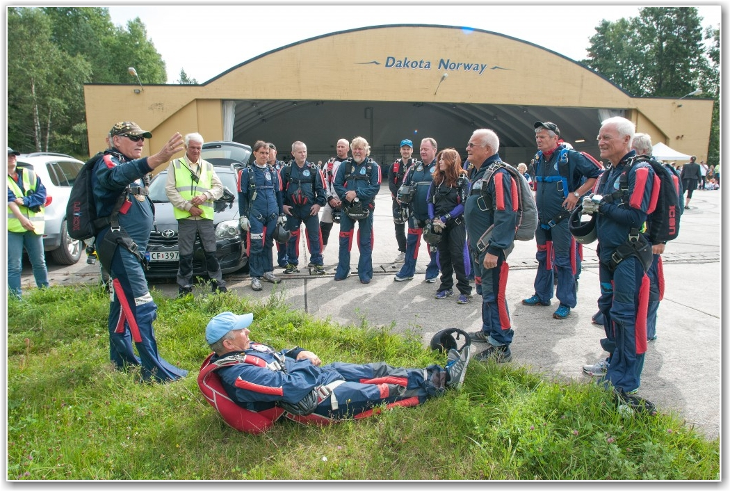 KLAR BESKJED: Olaf Olsen fra VFSK briefer sine hoppere om hvor han vil de skal lande. Og det gjorde de. FOTO: Martin Nilsen