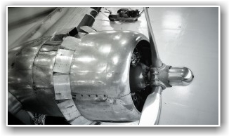 TRØBBEL: Motoren som lager vanskeligheter for oss. Våre mekanikere jobber på spreng for å finne en løsning. FOTO: Lars Gagnum
