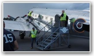 VELKOMMEN OMBORDSTIGNING: Tursjef Tore Hansen (på trappen) ønsker velkommen ombord til ny tur.