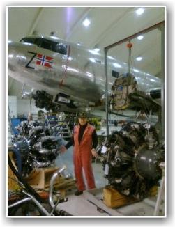 GAMMEL OG NY: Her Torbjørn Larsen foran både gammel og ny motor. FOTO: Tore Hansen