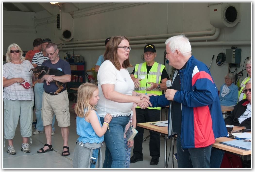 GENERØST: Terje Hauger fra VFSK med generøse gavesjekker både til «Ferie med mening» ved Hege Kristiansen og Dakota Norway ved Thorbjørn Larsen ( i gul vest). FOTO: Martin Nilsen