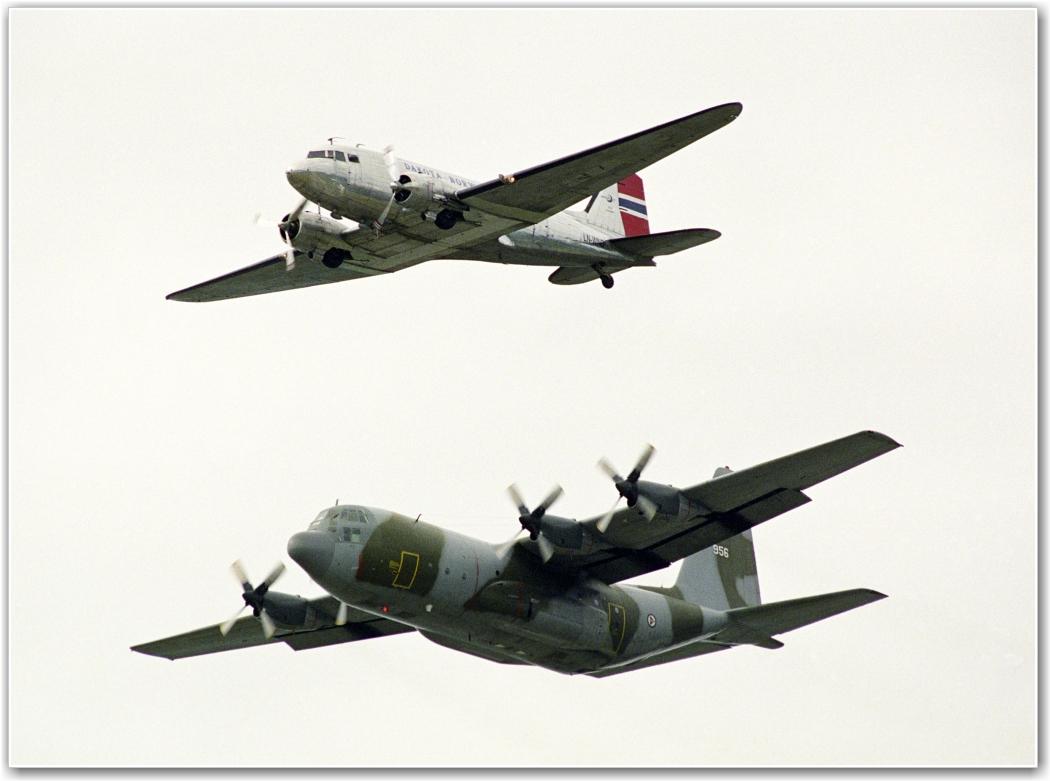 GARDERMOEN 94: Dakota og Hercules fra RNoAF 335 sqn i formasjon. FOTO: Morten Holm