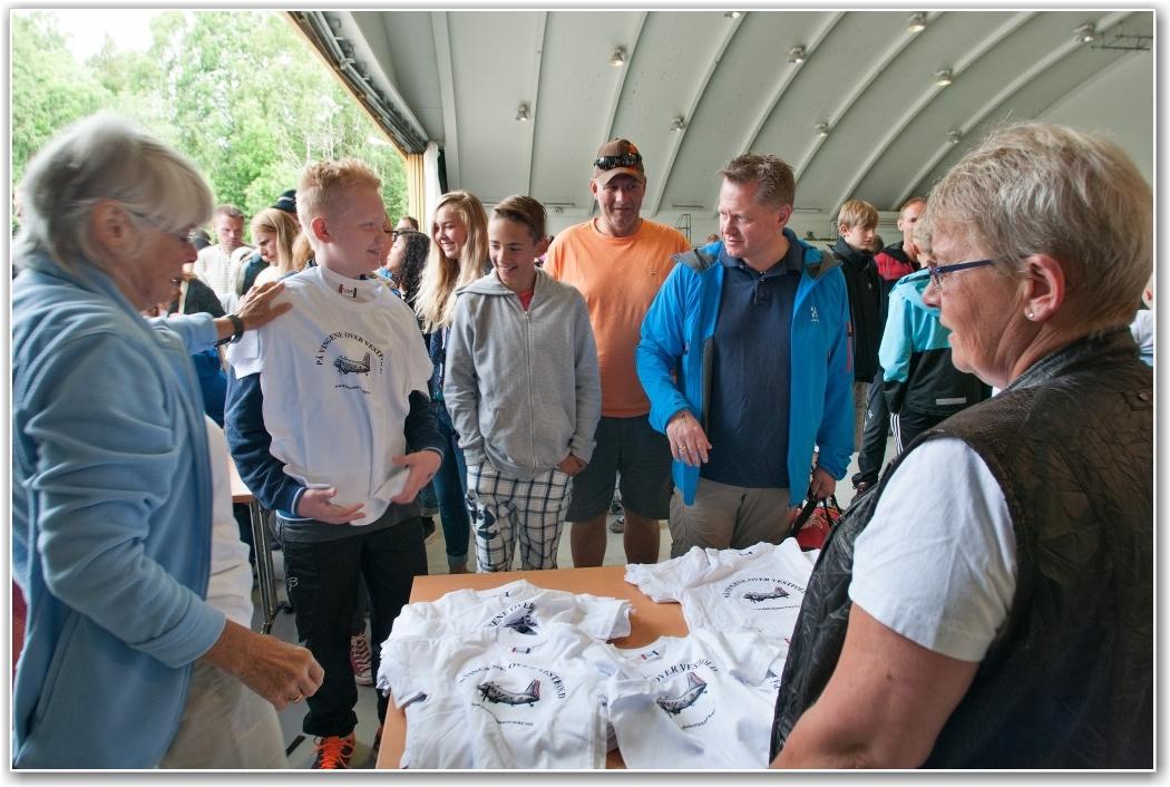 RIKTIG STØRRELSE: Åse Virik (t.v.) og Randi Andersen (t.h.) delte ut årets T-skjorter til alle deltagerne. FOTO: Martin Nilsen