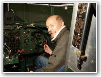 DAKOTA ENTUSIAST: Dakota Norway's DC-3 Kaptein, Baard Løken, hygger seg med maling i cockpiten på LN-WND! Foto: Sigmund Granli/Baard Løken