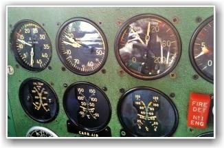 PROBLEMET: Instrumentet øverst til venstre viser propellens turtall. Måleren for høyre motor er feilet. FOTO: Lars Gagnum