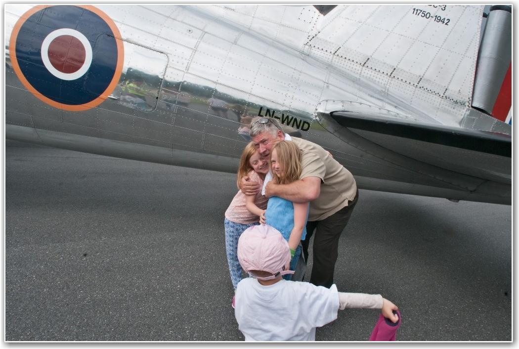 SMÅ STYRMENN: Pilot Helge Hem får klem som takk for at Ellinor (7) pg Live (6) fikk sitte på fanget hans og styre litt. En liten pike som også hadde styrt løper frem for å takke hun også. FOTO: Martin Nilsen