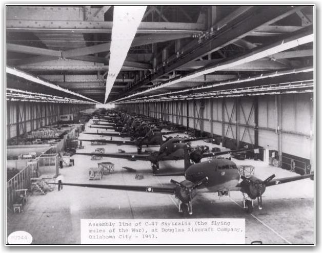 PÅ REKKKE OG RAD: C-47 klare for aksjon.