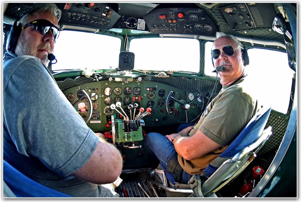VELKOMMEN OMBORD: Pilotene Stig Rune Håvardstun (t.v) og Geir Johansen (t.h) ønsker alle velkommen ombord til en spennende tur! FOTO: Truls Kalland