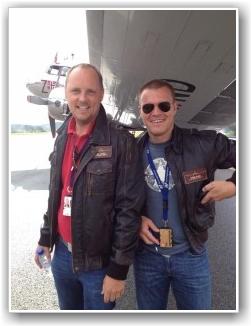 GLADE GUTTER: Dagens DC-3 Crew er glade over mye flyging på kort bane. Lars Gagnum (venstre) og Eivind Raade (Høyre) FOTO: Jan Alne