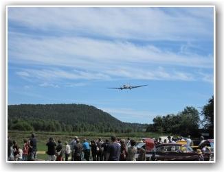 ET FLOTT SKUE: Dakotaen var et flott skue for alle oppmøtte på Lunde. FOTO: Mathias Wilhelmsen