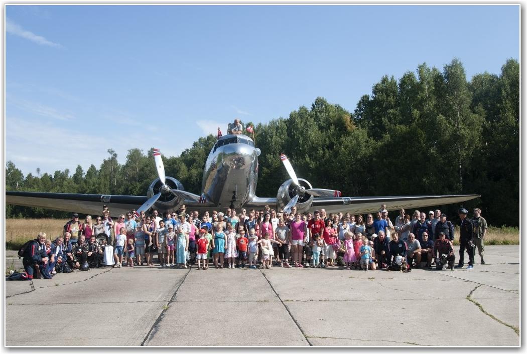FORVENTNINGER: Alle gjester, mannskaper og fallskjermhoppere samlet foran flyet før starten på dagen. FOTO: Martin Nilsen