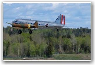 ENDELIG I LUFTEN: Etter mye arbeid er endelig Dakotaen i luften igjen. FOTO: John Borg