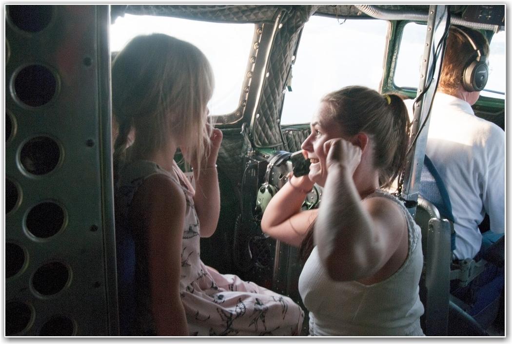 MYE LYD FOR SMÅ JENTER: May Kristin Grini forsøker å snakke med døtrene Nora (4) og Thea (6) i cockpiten. FOTO: Martin Nilsen
