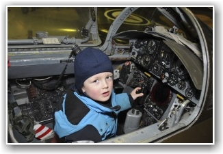 SPENNENDE: Spennende å krabbe opp i cockpiten på CF 104 Starfighter - både for store og små. FOTO: Martin Nilsen