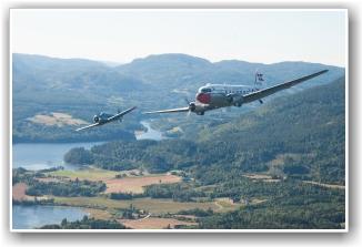 FORMASJON: Morten Andreassen i den tredje Harvarden på norsk vinger for tiden, og danskenes C-47 inn over Telemarkslandskapet, forografert fra Dakota Norways maskin. FOTO: Martin Nilsen